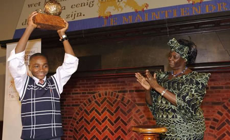 Foto :gentileza UNHCR; Baruani Ndume sostiene orgulloso el Premio Internacional de la Paz Infantil, entregado por Wangari Maathai , ganadora del premio Nobel de la Paz