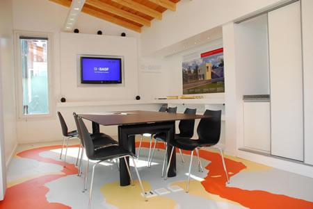 Las paredes cuentan con aislamiento térmico exterior con placas de poliestireno expandido y los techos estan aislados con espuma rígida de poliuretano proyectado