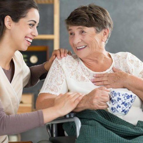 En la AMIA, se forma a los cuidadores de los adultos mayores