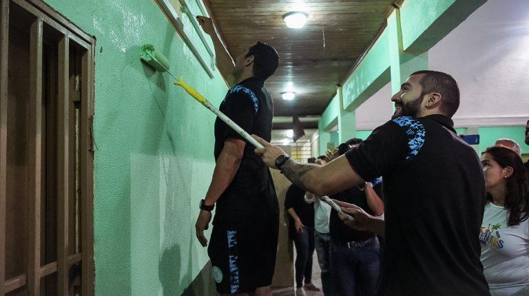Jugadores de básquet participaron de una acción de voluntariado corporativo organizada por DIRECTV y Flybondi