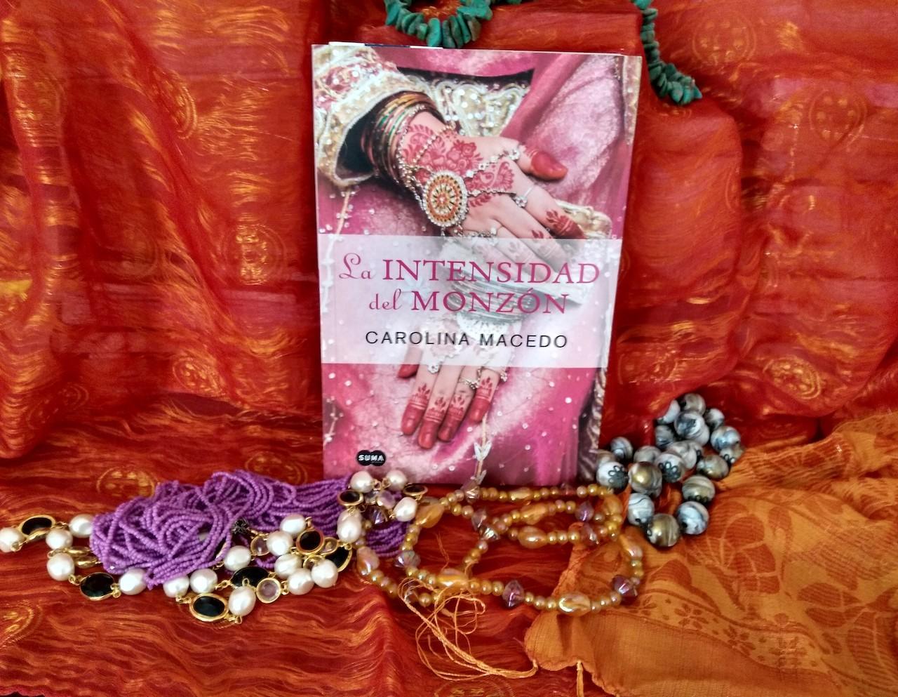 La intensidad del monzón, la segunda novela de Carolina Macedo, se inscribe nuevamente en el género novela romántica