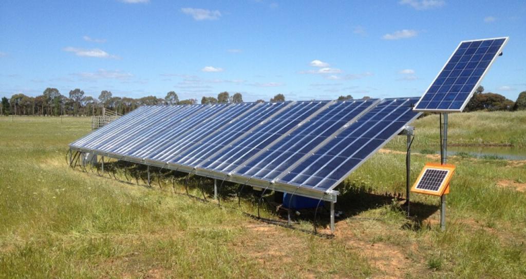 Olivier Doncker, de la empresa B Soleventus, presenta el panel solar que potabiliza cualquier tipo de agua