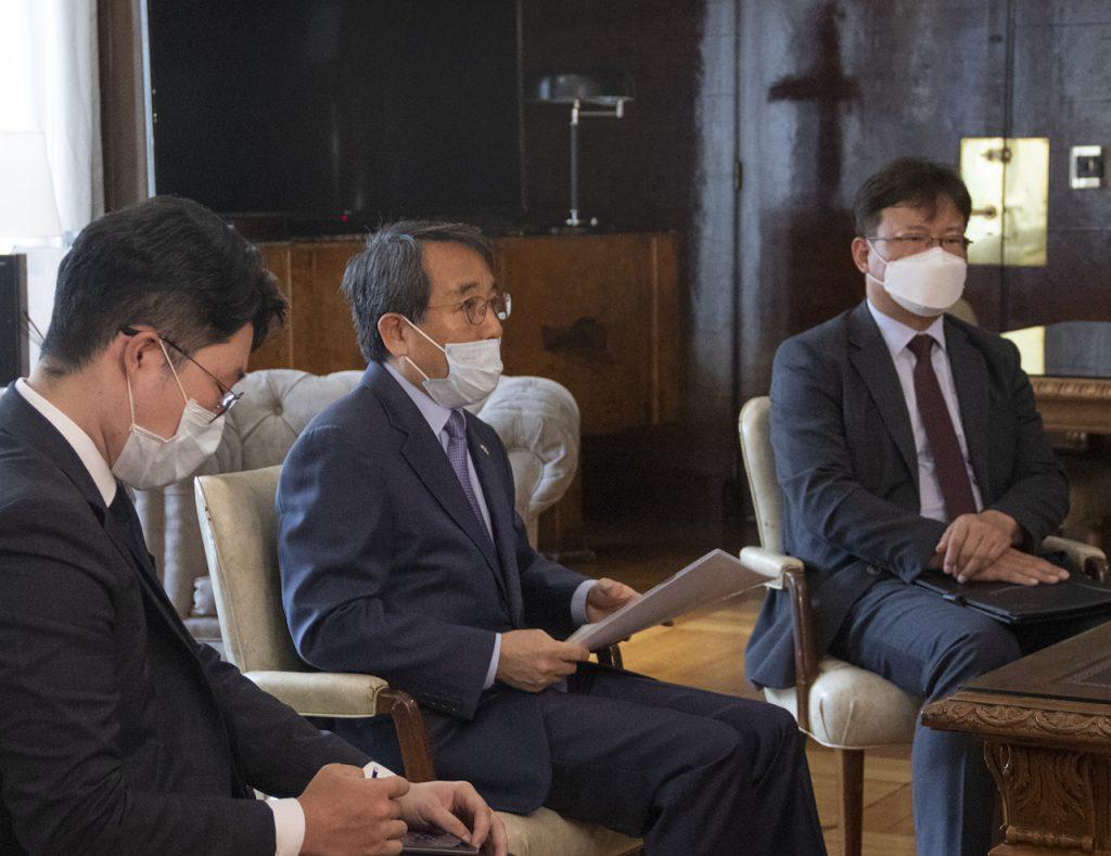 El embajador de Corea del Sur, Jang-Myung-soo, entregó la donación de barbijos especiales al Ministerio de Salud de la Nación