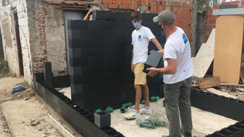 La ONG Módulo Sanitario y su trabbajo en la comunidad: construye baños con ladrillos de plástico para los comedores