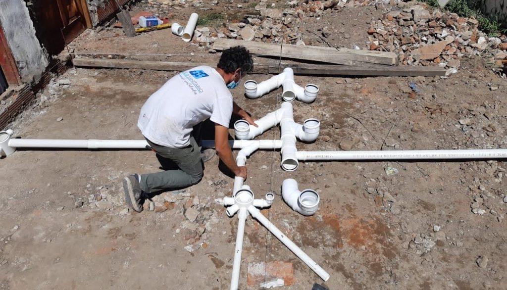 La ONG Módulo Sanitario construye baños con ladrillos de plástico para los comedores comunitarios