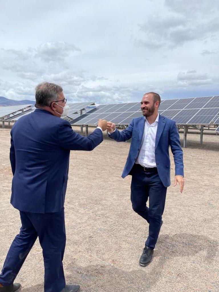 El ministro de Economía Martín Guzmán saluda al gobernador de Catamarca, Raúl Jalil, en el nuevo parque solar El Peñón