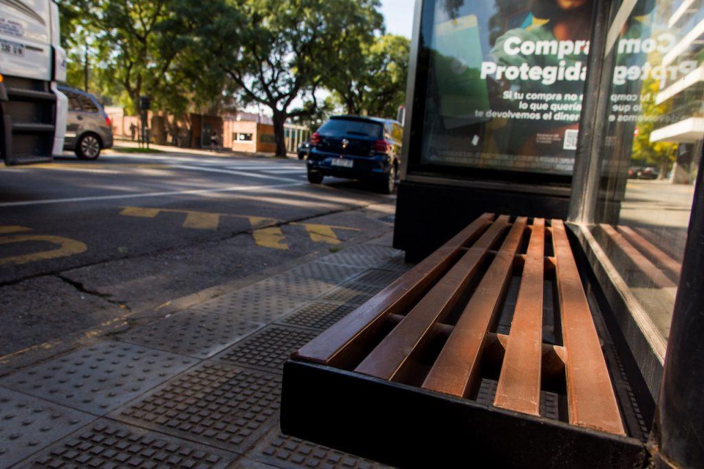 Bancos de plástico reciclado en las paradas de colectivos, en la Ciudad de Buenos Aires