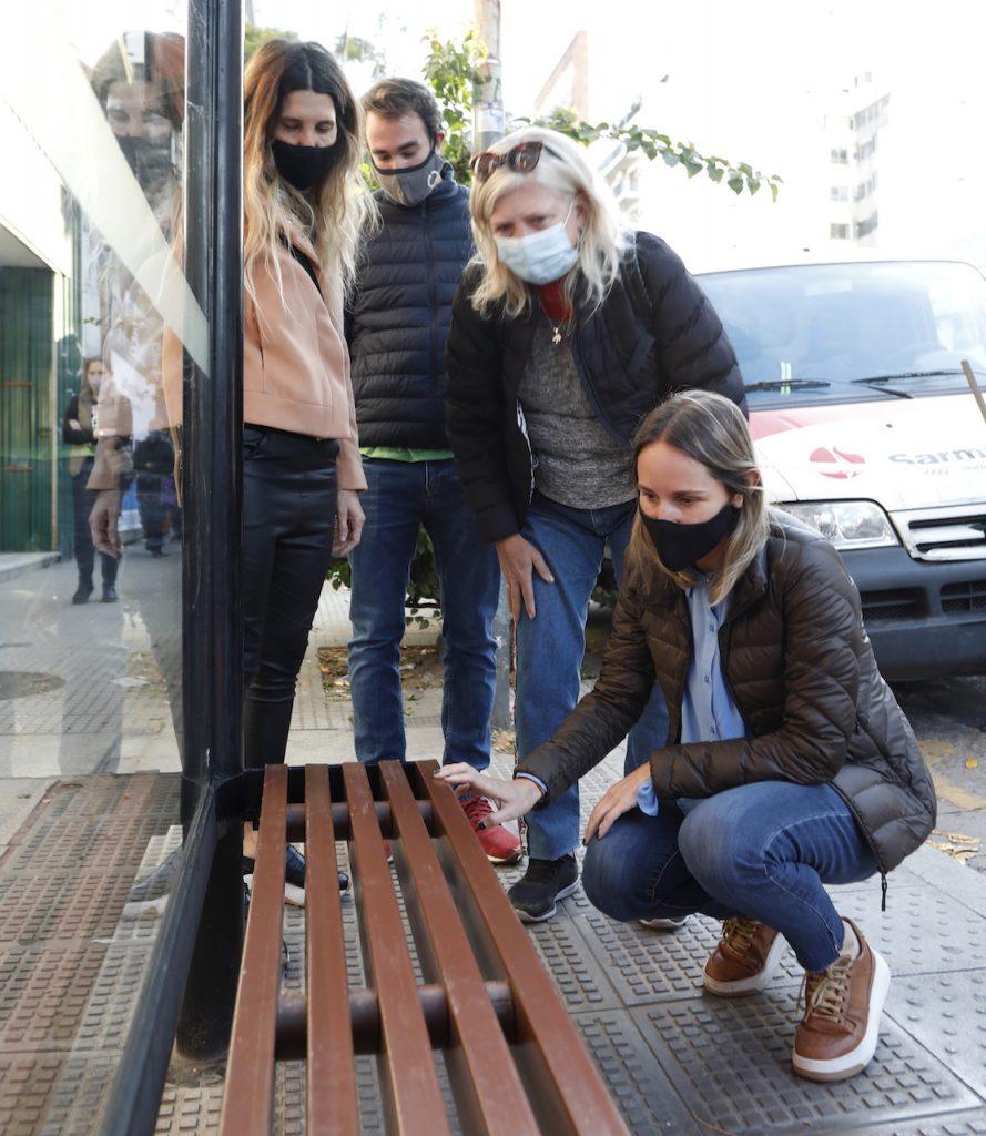 Bancos hechos con plástico reciclado en las paradas de colectivos de la CABA