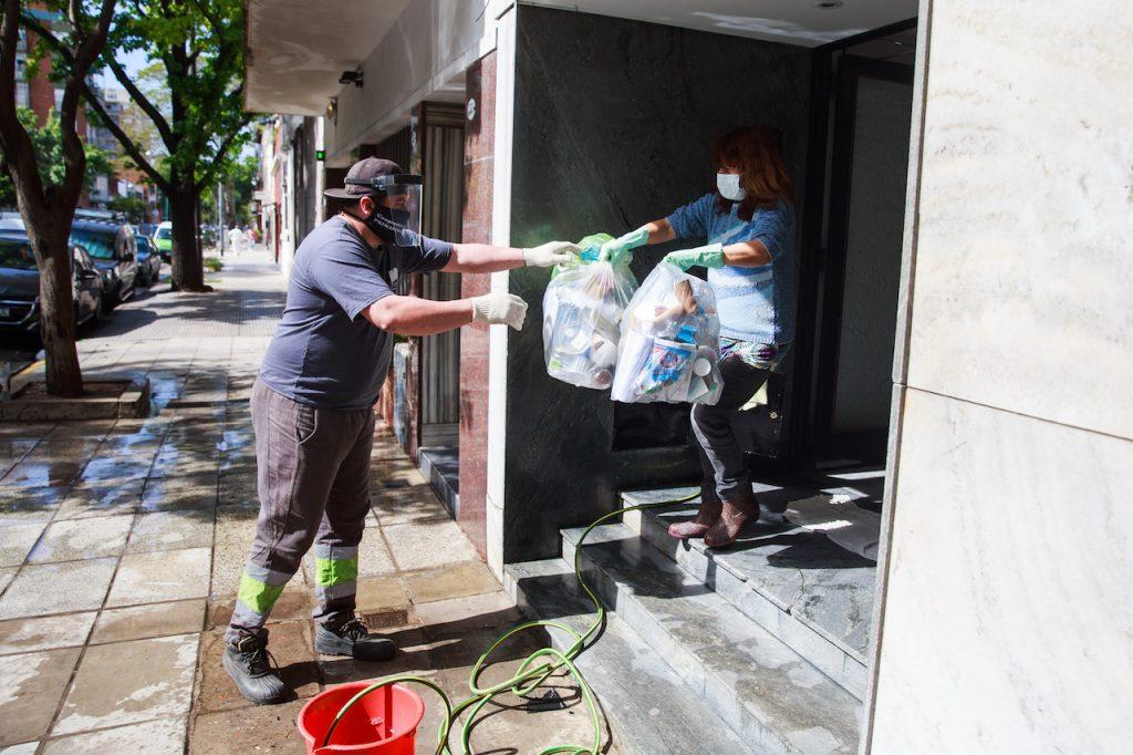 Desde 2002, la Ciudad inició un programa que contempla la integración de los recuperadores urbanos al circuito formal de trabajo, con el objetivo de mejorar su calidad de vida