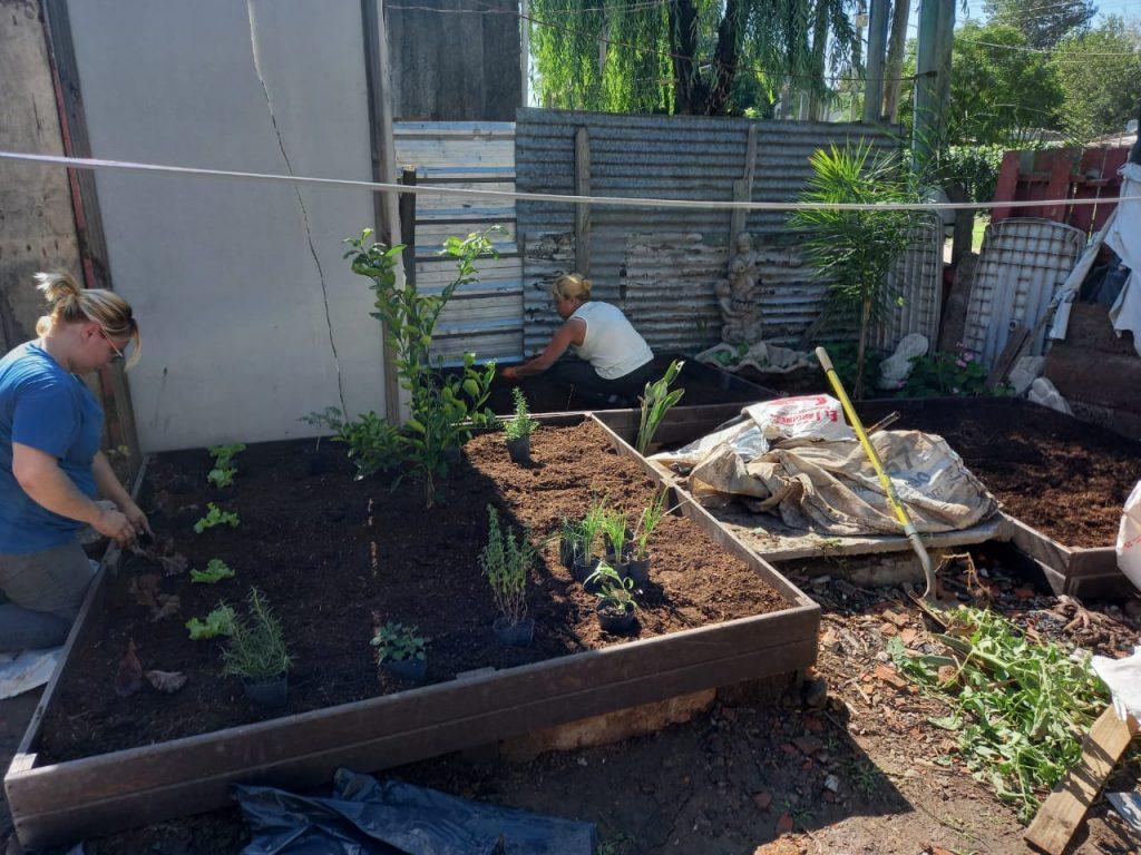 La cooperativa Creando Conciencia construye una huerta con madera plástica reciclada y brinda capacitación en el merendero Tino, en Tigre
