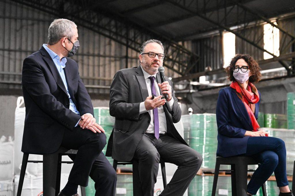 Presentación del Plan de Desarrollo Productivo Verde para incorporar sustentabilidad a la industria y reciclar residuos, en la planta de Reciclar SA: Ferraresi, Kulfas y Todesca, de izquierda a derecha