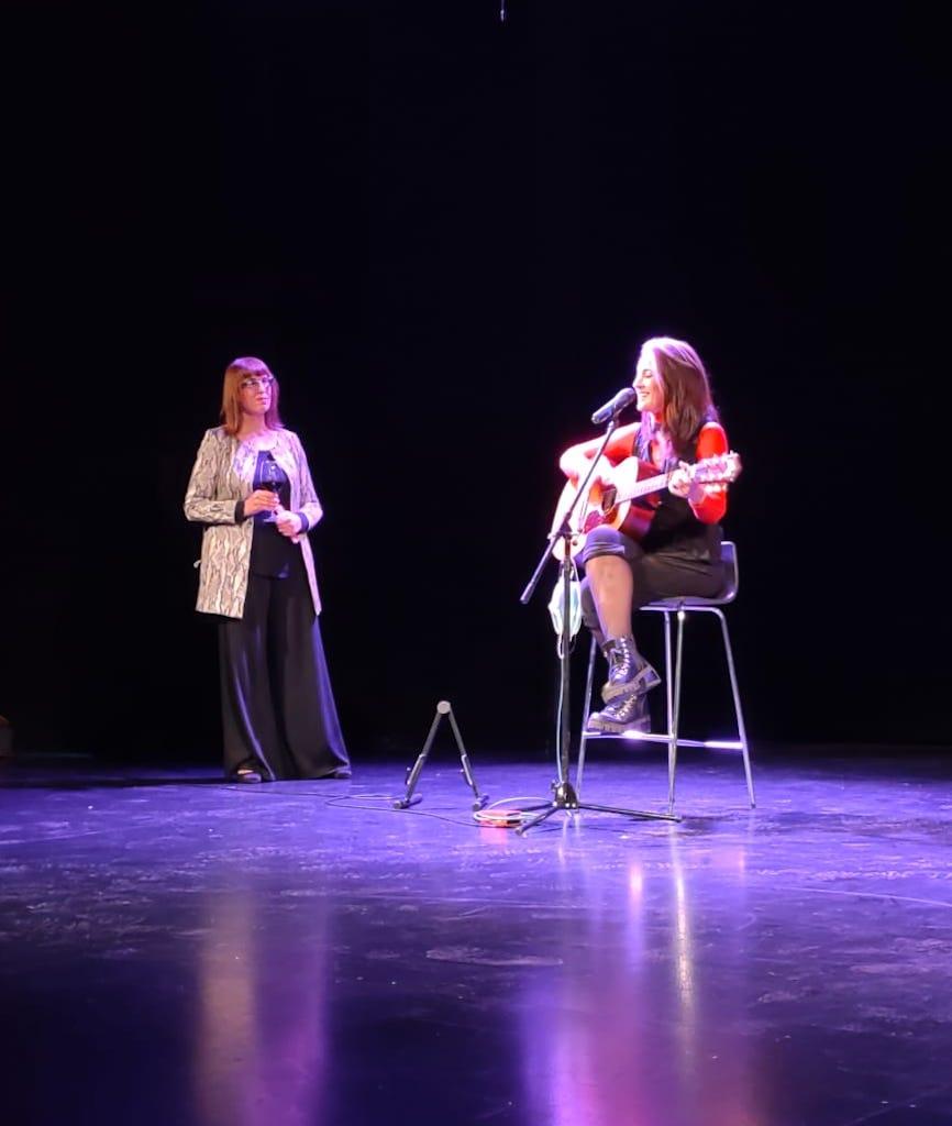 Valeria Schapira ahora en el escenario de la sala Pablo Picasso, del Paso La Plaza, con la cantautora argentina Laura González