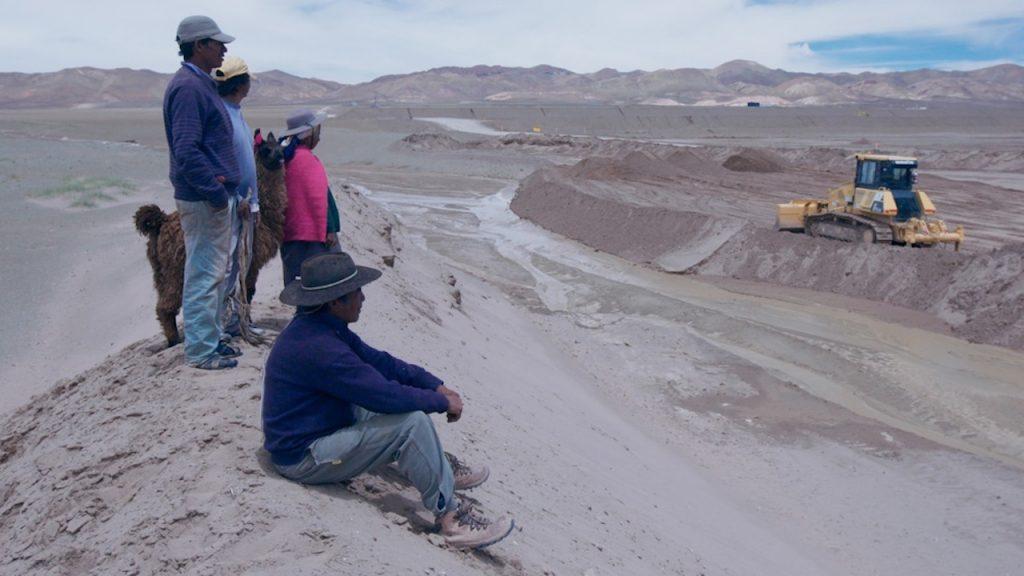 Los integrantes de las comunidades originarias de Jujuy ven cómo se extrae el litio de sus tierras